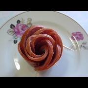 Украшения стола. Как красиво оформить блюдо.  Роза из колбаски.  Цветы из колбаски.